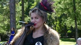 Senhora bonita com um cigarro e peles video estoque