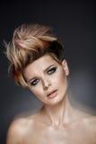 Senhora bonita com um corte de cabelo colorido curto Fotografia de Stock
