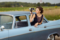 Senhora bonita com uma câmera de filme retro foto de stock royalty free