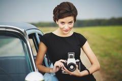 Senhora bonita com uma câmera retro fotos de stock