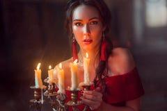 Senhora bonita com velas fotos de stock