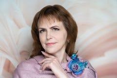 A senhora bonita da mulher do retrato do close up compõe, denominação do cabelo imagens de stock