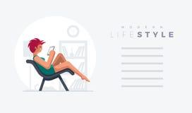 Senhora bonita do cabelo vermelho no sofá Imagens de Stock