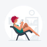 Senhora bonita do cabelo vermelho no sofá Imagens de Stock Royalty Free