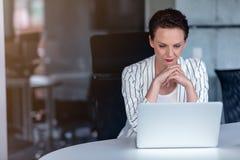 Senhora bonita do negócio com o laptop no escritório fotos de stock royalty free