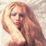 Senhora bonita e as raias do sol Imagens de Stock Royalty Free