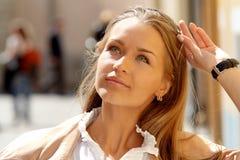 Senhora bonita em uma arquitectura da cidade ensolarada Fotos de Stock Royalty Free
