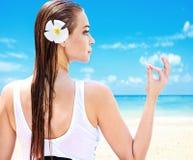 Senhora bonita em uma praia tropical fotografia de stock royalty free