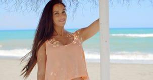 Senhora bonita Holding no suporte de guarda-chuva da praia filme