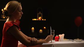 Senhora bonita infeliz que sae do restaurante na ansiedade, noivo atrasado para o jantar filme