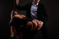 Senhora bonita na cuecas e sutiã com o indivíduo no terno Imagem de Stock Royalty Free