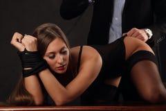 Senhora bonita na cuecas e sutiã com o indivíduo no terno Foto de Stock