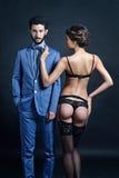 Senhora bonita na cuecas e sutiã com o indivíduo no terno Fotografia de Stock