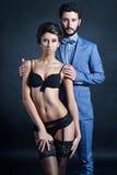Senhora bonita na cuecas e sutiã com o indivíduo no terno Fotografia de Stock Royalty Free