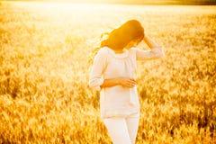 Senhora bonita no campo de trigo imagem de stock royalty free