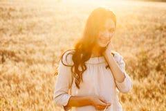 Senhora bonita no campo de trigo imagens de stock