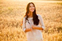 Senhora bonita no campo de trigo fotografia de stock royalty free