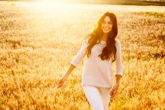 Senhora bonita no campo de trigo foto de stock
