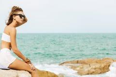 Senhora bonita no equipamento do verão na praia Fotografia de Stock