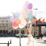 Senhora bonita no equipamento retro que guarda um grupo dos balões no th Fotografia de Stock