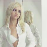 Senhora bonita no espelho Imagens de Stock Royalty Free