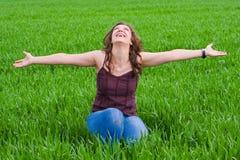 Senhora bonita no grassfield Foto de Stock Royalty Free
