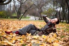 A senhora bonita no revestimento colorido levanta no outono Imagens de Stock Royalty Free