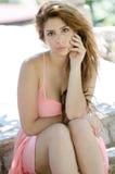 Senhora bonita no vestido cor-de-rosa curto fora Fotografia de Stock