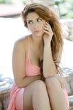 Senhora bonita no vestido cor-de-rosa curto fora Imagem de Stock Royalty Free