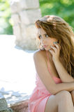 Senhora bonita no vestido cor-de-rosa curto fora Foto de Stock