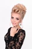 Senhora bonita no vestido de noite preto elegante com penteado do updo Foto da forma imagem de stock royalty free