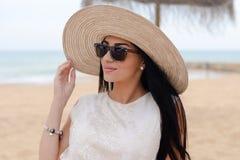 Senhora bonita nova elegante que encontra-se no Sandy Beach Conceito das férias foto de stock royalty free