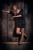 Senhora bonita que dança sobre o fundo de madeira da parede Foto de Stock Royalty Free