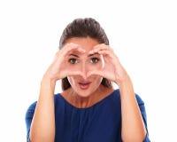 Senhora bonita que gesticula um sinal do amor Imagem de Stock