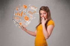 Senhora bonita que guardara o caderno com gráficos e estatísticas Foto de Stock Royalty Free
