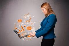 Senhora bonita que guardara o caderno com gráficos e estatísticas Fotografia de Stock