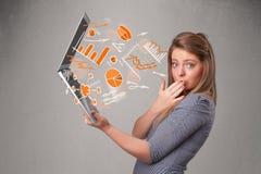 Senhora bonita que guardara o caderno com gráficos e estatísticas Fotografia de Stock Royalty Free