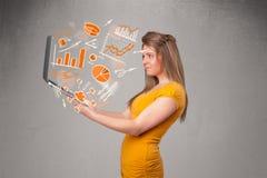 Senhora bonita que guardara o caderno com gráficos e estatísticas Imagem de Stock