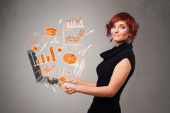 Senhora bonita que guardara o caderno com gráficos e estatísticas Imagens de Stock Royalty Free