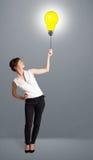 Senhora bonita que guardara um balão da ampola Fotos de Stock Royalty Free