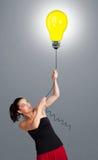 Senhora bonita que guardara um balão da ampola Imagens de Stock Royalty Free