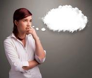 Senhora bonita que pensa sobre o discurso da nuvem ou a bolha do pensamento com c Imagem de Stock