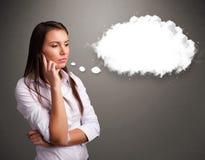 Senhora bonita que pensa sobre o discurso da nuvem ou a bolha do pensamento com c Imagens de Stock Royalty Free