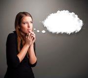 Senhora bonita que pensa sobre o discurso da nuvem ou a bolha do pensamento com c Fotografia de Stock