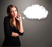 Senhora bonita que pensa sobre o discurso da nuvem ou a bolha do pensamento com c Imagem de Stock Royalty Free