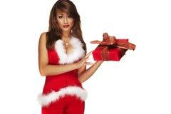 Senhora bonito de Santa que mantem um presente isolado no branco Foto de Stock