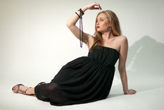 Senhora branca no vestido preto do chiffon com grânulos Fotos de Stock