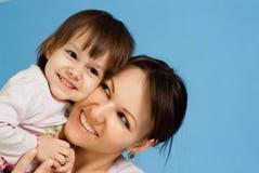 Senhora caucasiano da sorte com uma filha imagens de stock