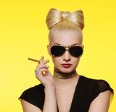senhora charming com um cigarro fotografia de stock