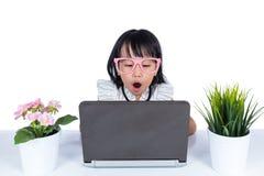 Senhora chinesa asiática aborrecida do escritório pequeno que usa o portátil Foto de Stock Royalty Free